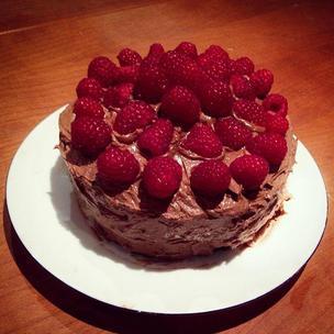 The Great British Bake off has baking on my mind the entire time... 🍰😋🍫 #baking #cake #chocolate #sponge #chocolatebuttercream #buttercreamfrosting #raspberries #fruit #greatbritishbakeoff #MatildaBakeOff #happy #love #humpday #midnightbaking #treat #instafood