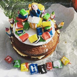 My friends little girl went to see the amazing @matildathemusical last week for her 8th birthday and her mum made her this awesome cake #MatildaBakeOff what a lucky maggot! I thought it deserved to be entered in the Matilda bake off!