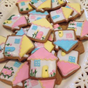 It's not a cake, but I made these housewarming biscuits for my friend! We both adore Matilda the Musical, and I based the biscuits on Miss Honey's cottage - or what I always used to imagine it would look like when I was little!